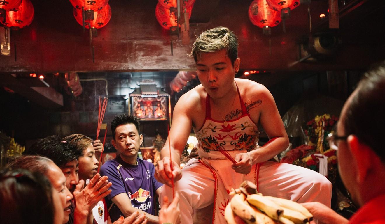 Arifin gives out joss sticks to adherents during a ritual at the Fat Chu Kung shrine. Photo: Ceritalah / Muhammad Fadli