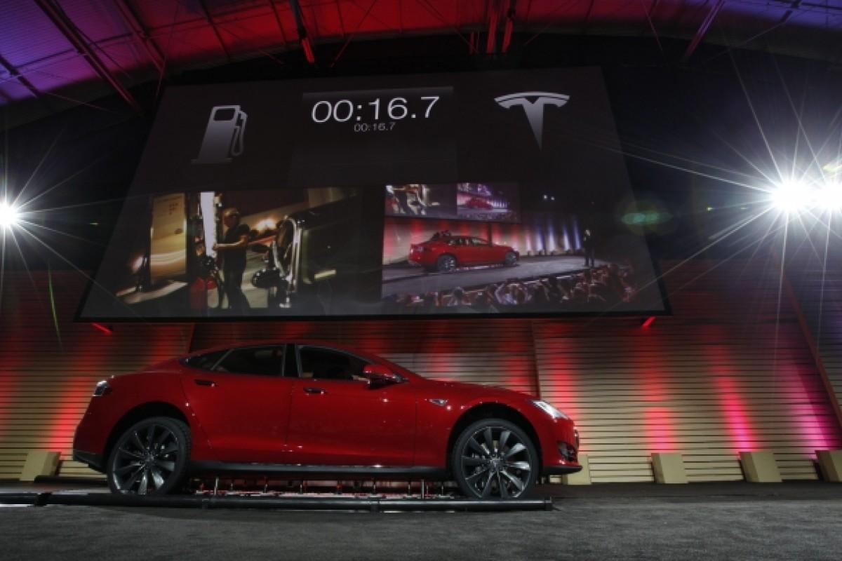 Electric car maker Tesla unveils 90-second battery pack swap