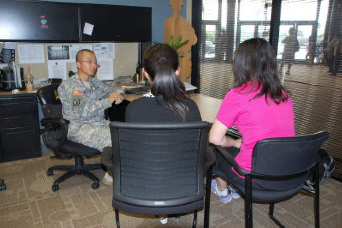 A military recruiter meets two Chinese women. Photo: Screenshot via World Journal
