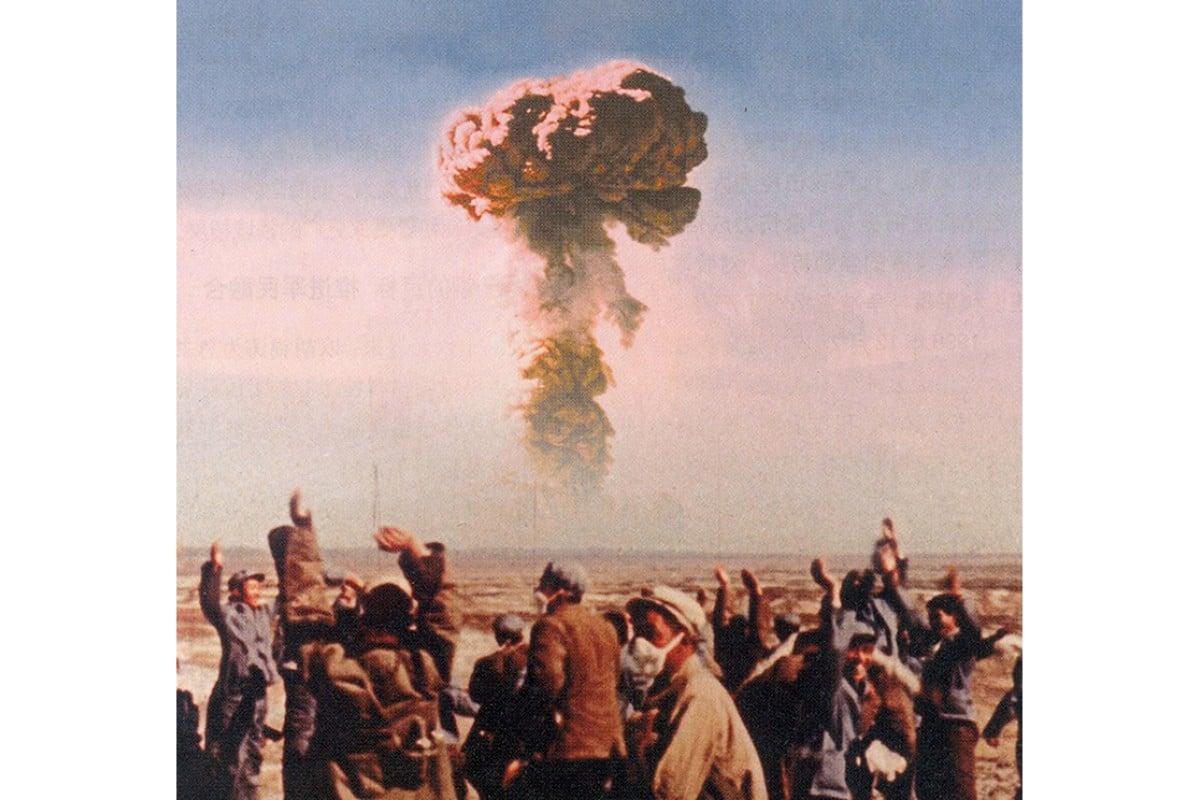 Primeiro teste atômico da China em 16 de outubro de 1964, em Xinjiang. Mao queria provar que a nação era uma potência global.