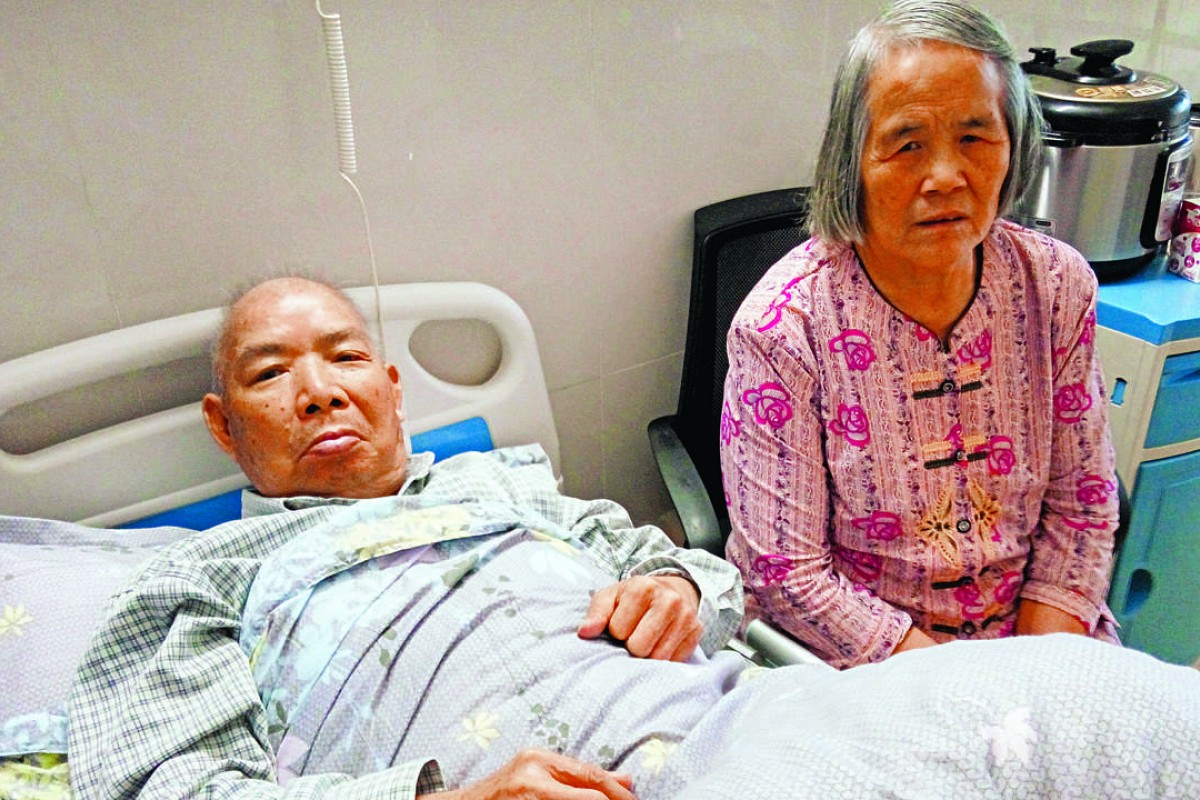 e4ef251968cb8 Chen Wenying (right) with her husband in a Guangzhou hospital where he is  recovering