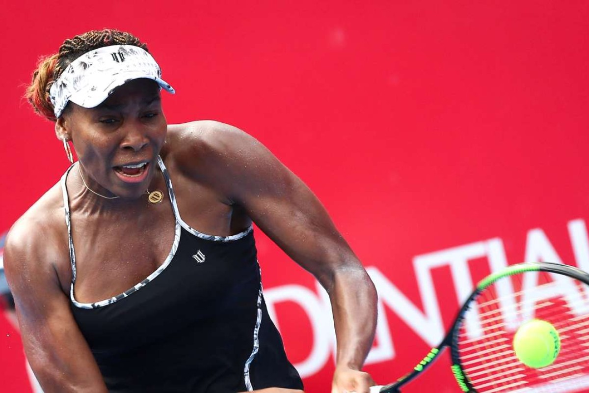 Venus Throws Herself At Waiting Arms Of >> Venus Williams Thrills Packed People S Monday As She Downs