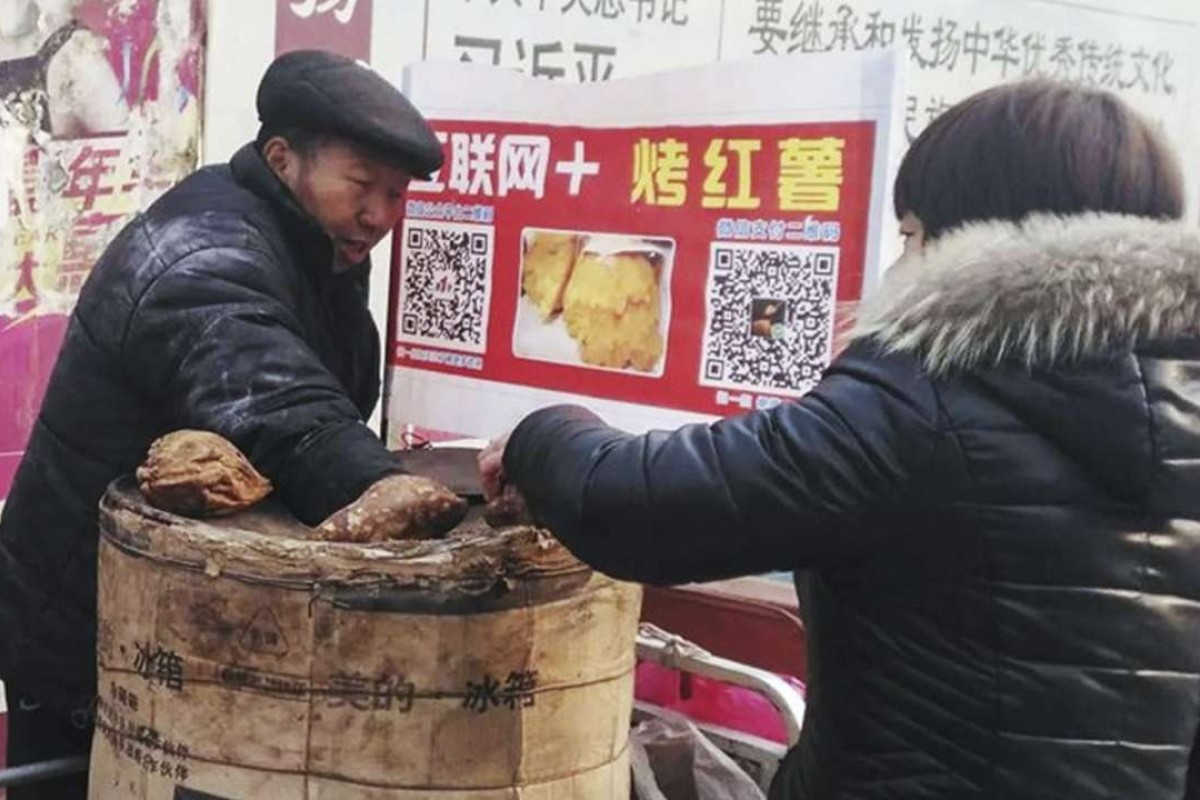 QR codes, originally invented by Japan's car parts maker Denso, have become so ubiquitous in China that even street hawkers now use them for electrical payments, as seen here in Beijing. Photo: Weibo