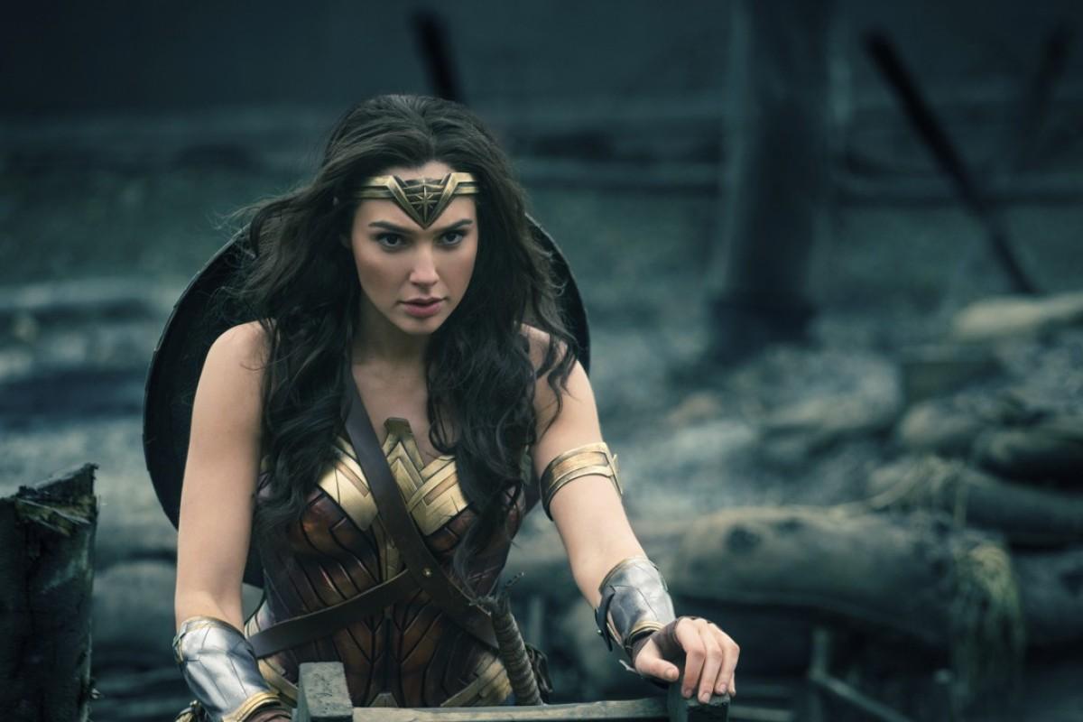 Gal Gadots Wonder Woman Kisses Kate McKinnon in SNL Skit