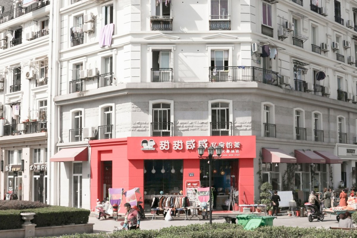 f57a5b6c77eb A block of flats in the Chinese city of Tianducheng, built in the style of