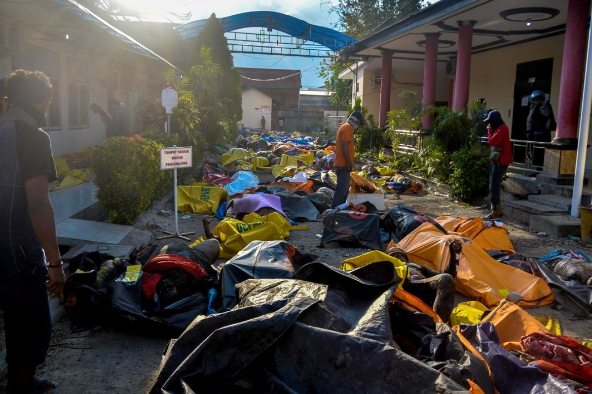Indonesia tsunami: Sulawesi starts to bury its dead in mass, 100-metre-long graves