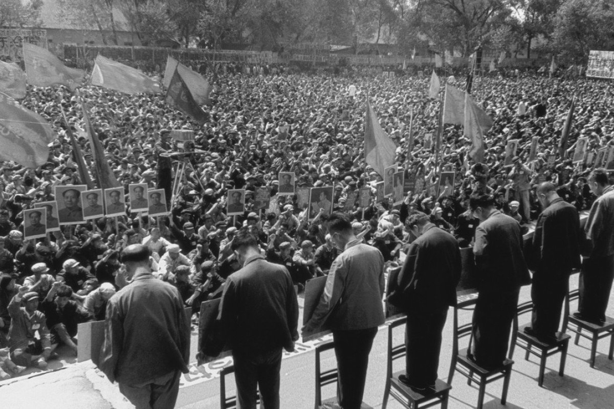 Party chiefs in Harbin are denounced in front of a large crowd in April 1967. Photo: Li Zhensheng (The Chinese University Press)
