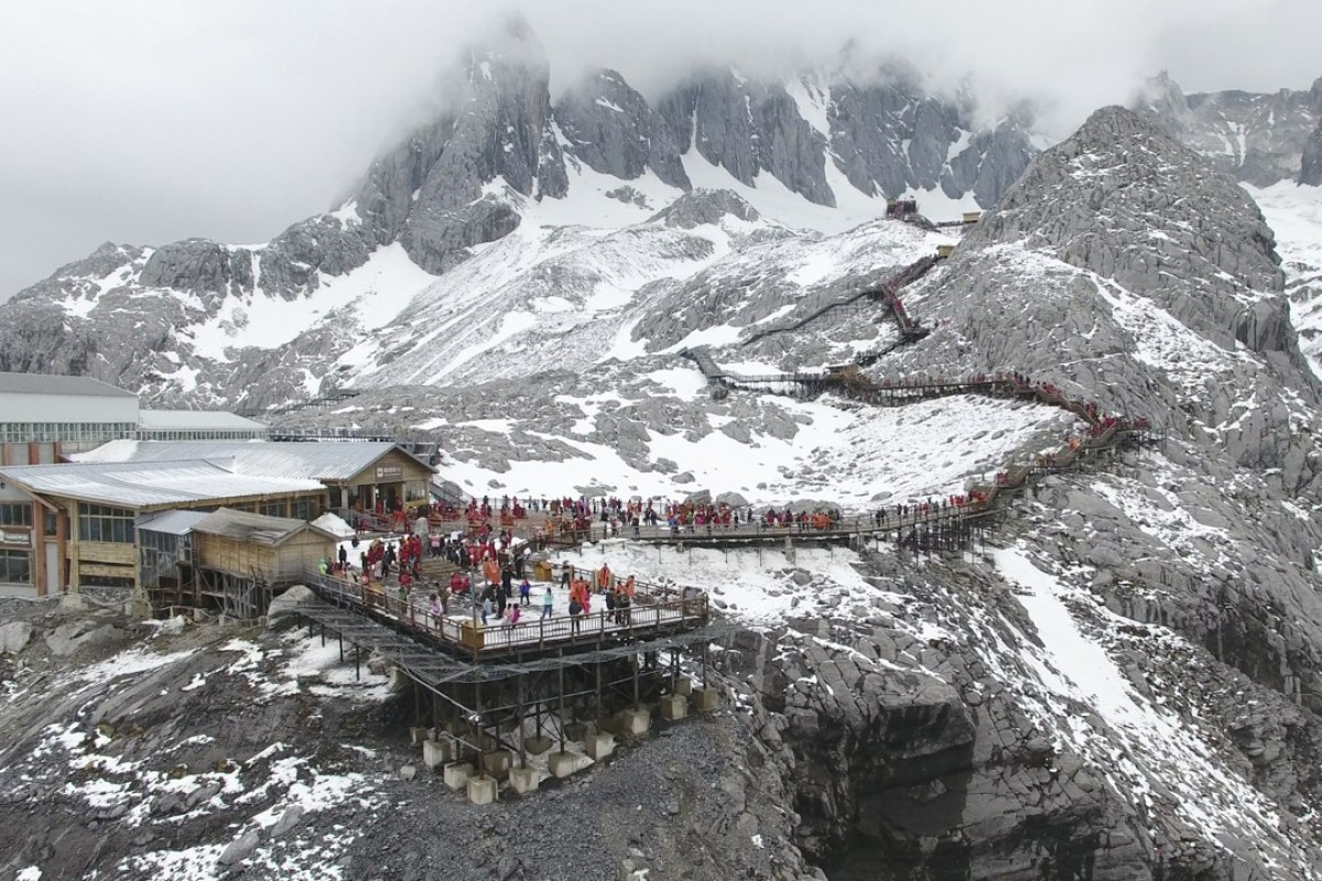 China's melting glacier draws millions of tourists and scientists' fears