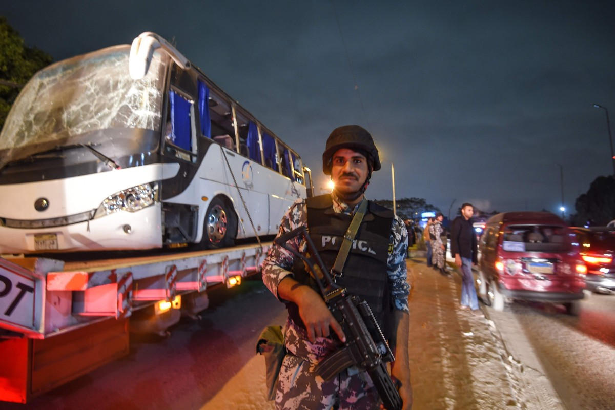 The tourist bus being towed away from the scene in Giza province, south of the Egyptian capital Cairo, after three Vietnamese holidaymakers and an Egyptian tour guide were killed by a roadside bomb blast on December 28, 2018. Photo: AFP