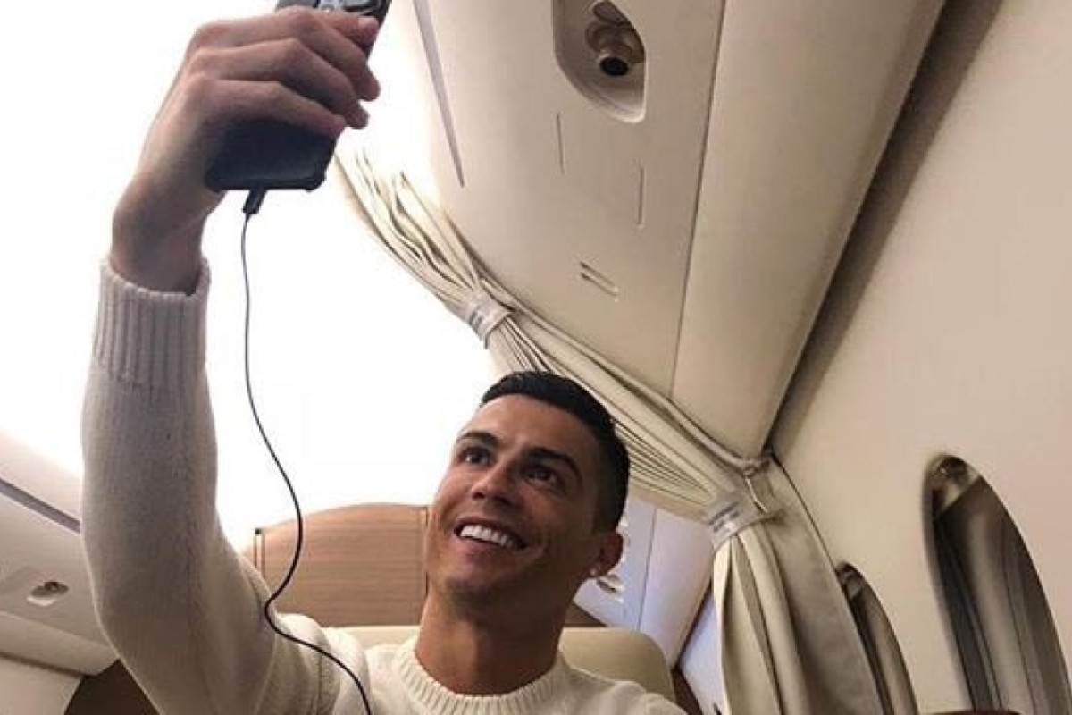 581edeeafb Cristiano Ronaldo poses for a selfie on his private plane. Photo: Twitter