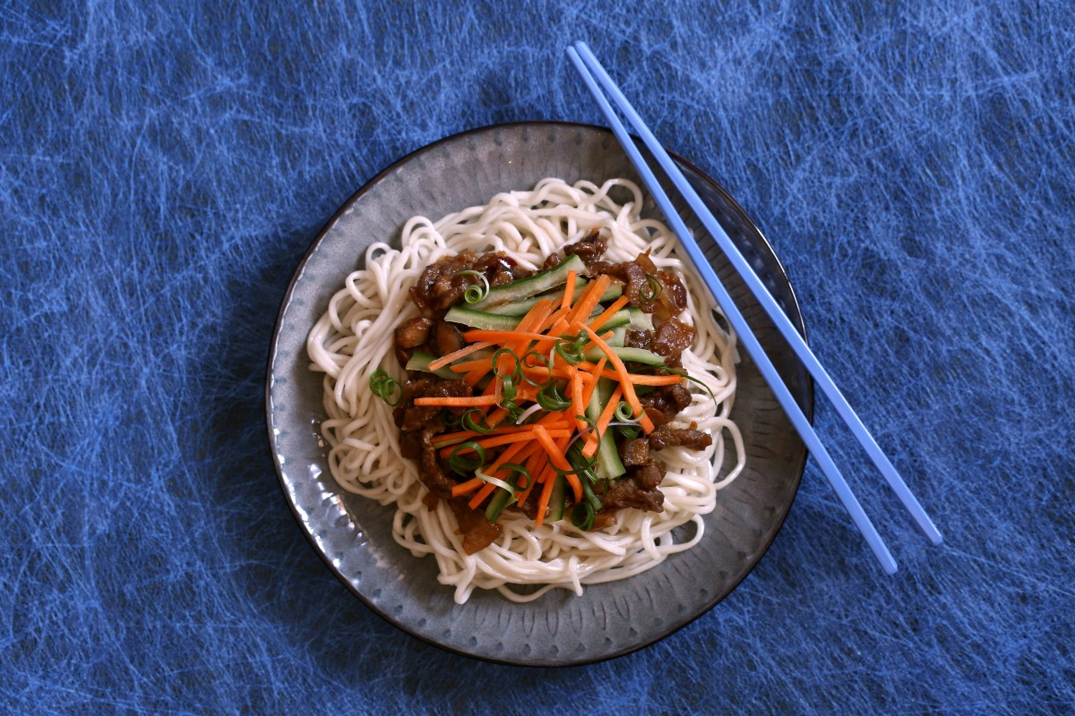 How to make zhajiangmian, Chinese noodles with bean paste