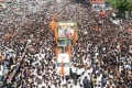 Indians attend the funeral procession of Bal Thackeray in Mumbai on Sunday. Photo: Xinhua