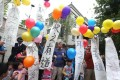 Dockers and their relatives release balloons as they protest outside Li Ka-shing's home in Deep Water Bay yesterday. Photo: Sam Tsang