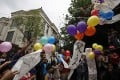 Dock workers and their families release balloons tied with slogans during a protest outside the residence of tycoon Li Ka-shing on Sunday. Photo: Reuters