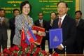 Cambodian Deputy Prime Minister Keat Chhon and ambassador Bu Jianguo at a signing ceremony in Phnom Penh. Photo: Xinhua