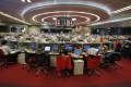 Floor traders work during afternoon trading at the Hong Kong Stock Exchange November 6, 2013. Photo: Reuters