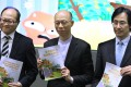 """Secretary for the Environment Wong Kam-sing (centre) in the press conference to unveil """"A Food Waste & Yard Waste Plan for Hong Kong 2014-2022"""" last week."""