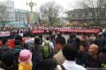 Crowds of residents hold up banners and shout slogans outside a local government office in Changping District, Beijing on March 31, 2014. Photo: Weibo user