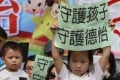 Pupils and parents from the Topkids preschool protest at the Cheung Kong Center to appeal to Li Ka-shing to help keep their kindergarten stay open. Photo: Edward Wong
