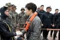South Korean President Park Geun-hye talks with divers at the site where the Sewol sank. Photo: AP