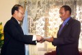 China's new ambassador to Somalia Wei Hongtian (left) presents credentials to Somalia's Foreign minister Abdirahman Mohamed Beileh at a ceremony at his office in Mogadishu, capital of Somalia. Photo: Xinhua