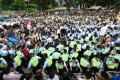 Police confront protesters yesterday morning during a sit-in on Chater Road to demand universal suffrage. Photo: David Wong