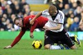 Manchester United's Wayne Rooney and Fulham's Steve Sidwell vie for the ball. Photo: EPA