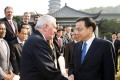 Premier Li Keqiang greets former Irish prime minister Bertie Ahern and others attending the conference in Zhejiang. Photo: Xinhua