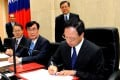 Premier Jiang Yi-huah (right) sign the order on the cabinet's resignation in Taipei. Photo: EPA