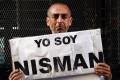 """A man holds up an """"I am Nisman"""" sign. Photo: Reuters"""
