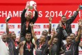 Ben Ryan hoists the silverware to finish the season on a high as Fiji celebrate being crowned 2014-15 Sevens World Series overall champions at the end of the London Sevens on Sunday. Photos: AFP