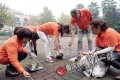 The rubbish collecting team in action. Photos: People.com.cn