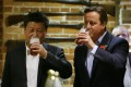 Xi and Cameron sip a pint at a pub near the UK prime minister's country estate, Chequers. Photo: AP