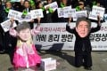 Protestors wearing masks depicting South Korean President Park Geun-Hye (left) and Japanese Prime Minister Shinzo Abe (right) hold up placards during an anti-Japanese rally in Seoul. Photo: AFP