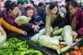 Crowds buy groceries at a supermarket in Hangzhou ahead of the cold snap. Photo: QQ