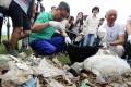 Chief Executive Leung Chun-ying and environment minister Wong Kam-sing collect rubbish at Shui Hau on Lantau. Photo: Felix Wong