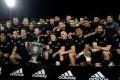 New Zealand captain Kieran Read holds the Bledisloe Cup with his team. Photos: AFP