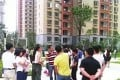 Concerned residents discussing the building work in Guiyang. Photo: Qq.com