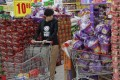 Tingyi's instant noodles are packed with a plastic bucket giveway at a supermarket in Beijing on October 9, 2013. Photo: Reuters