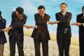 From left to right: South Korean President Park Geun-hye, Japanese Prime Minister Shinzo Abe, Laotian Prime Minister Thongloun Sisoulith, China's Premier Li Keqiang and Philippine President Rodrigo Duterte in Vientiane, Laos. Photo: Associated Press