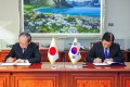 South Korean Defence Minister Han Min-koo (right) and Japanese ambassador to Seoul Yasumasa Nagamine at a signing ceremony for the agreement. Photo: AFP