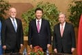 President Xi Jinping with new UN Secretary General Antonio Guterres (right) and Peter Thomson of Fiji, president of the 71st session of the UN General Assembly, in Geneva on January 18. Photo: Xinhua