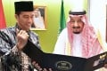 Indonesia's President Joko Widodo presents a photo album with images from their meeting in Bogor the previous day to Saudi Arabia's King Salman bin Abdul Aziz in Jakarta on March 3, 2017. Photo: AFP