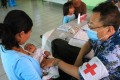 Medical workers of China's navy hospital ship Peace Ark treat patients in Tacloban, the Philippines, in 2013. Photo: Xinhua