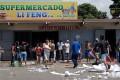 People loot a supermarket in Maracay, Venezuela, on June 27. Photo: AFP