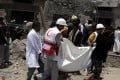 Red Crescent members carry a victim of an air strike in Sanaa, Yemen on August 23, 2017. Dozens of people were killed when Saudi-led coalition warplanes hit a hotel north of the capital Sanaa early on Wednesday. Photo: Xinhua