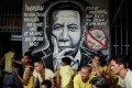 Inmates wait for clearance next to an image of Philippine President Rodrigo Duterte during a surprise inspection by the Bureau of Jail Management and Penology at Manila City Jail. Photo: EPA