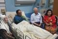 Malaysian Prime Minister Najib Razak and his wife, Rosmah Mansor, visit jailed opposition leader Anwar Ibrahim in hospital Kuala Lumpur on November 17. Photo: Twitter