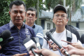 Actors Aziz M Osman (right) and Den Wahab (left) were among those who lodged the report at the Mutiara Damansara police station against the woman who claimed to be a representative with a travel and tour agency. Photo: STR/HALIM SALLEH