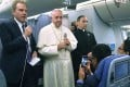 Greg Burke (L), Director of Holy See Press Office, speaks to journalists next to Pope Francis (C) aboard his flight to Italy at the end of the Apostolic Journey to South America, on January 22, 2018. Photo: EPA-EFE